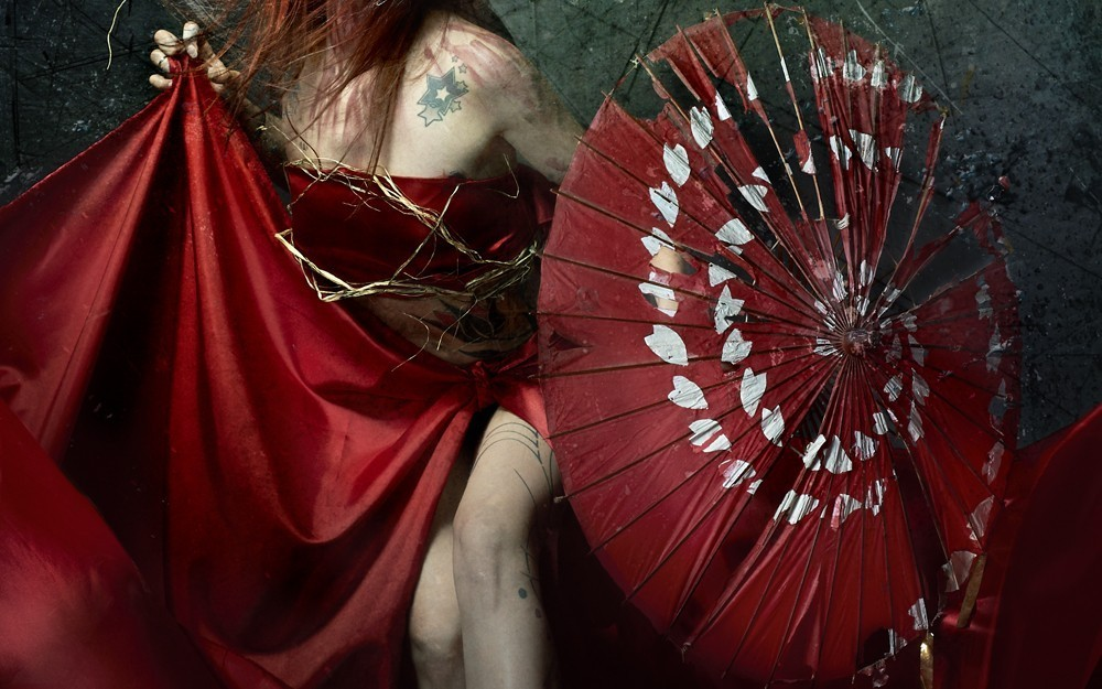 header blog mnémo zine lady in red